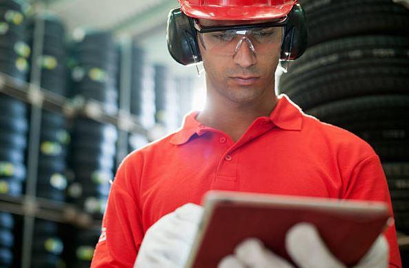 industrie-audit-normes-securite-casque-tenue-travail-gants-protection-pneus-fabrication-usine
