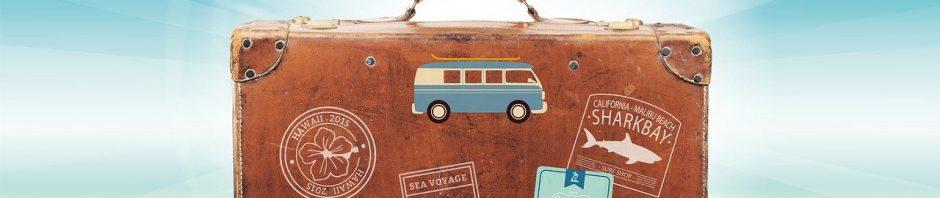 valise avec des stickers collés dessus